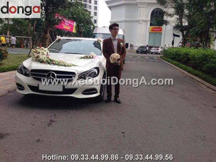 hinh-anh-khach-hang-ben-xe-cuoi-mercedes-e250-tai-royalcity (1)