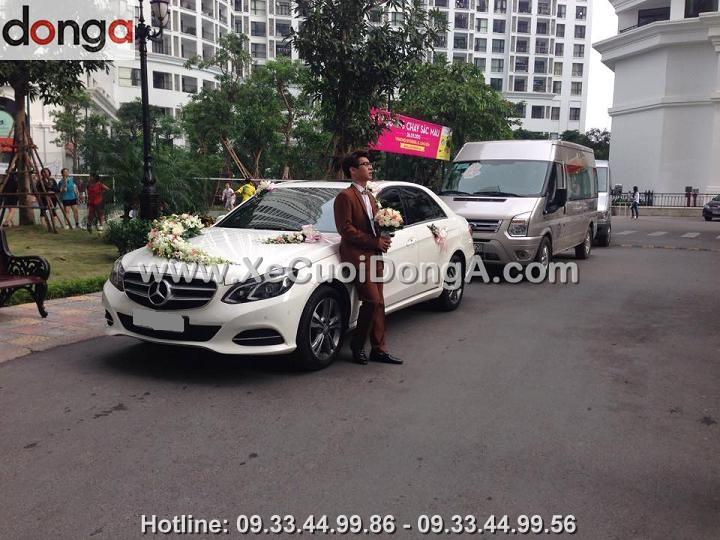 hinh-anh-khach-hang-ben-xe-cuoi-mercedes-e250-tai-royalcity